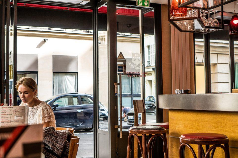 La ragazza della brasserie all'8 di Rue Jean Mermoz