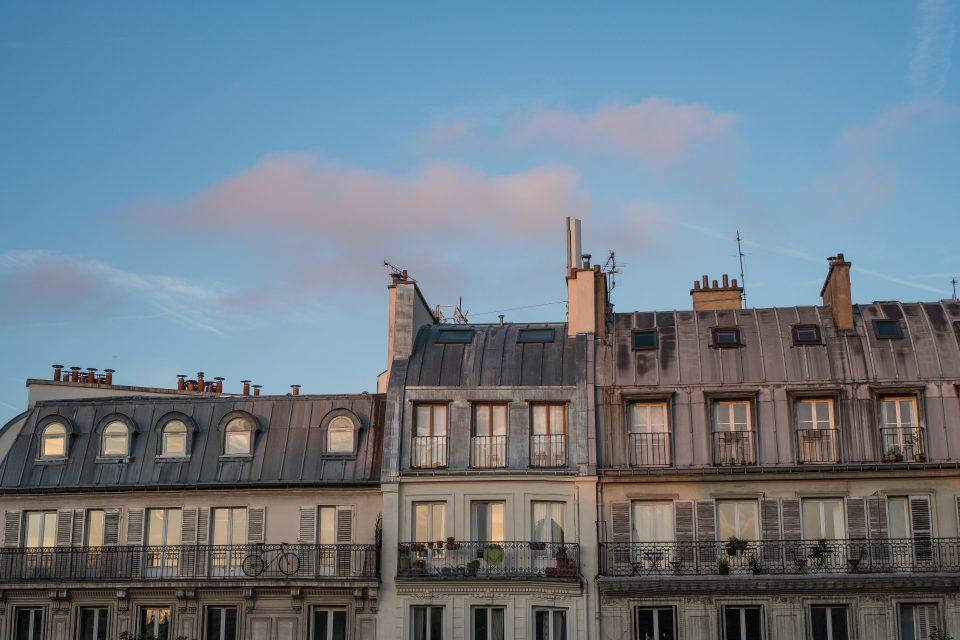 La bicicletta sul balcone che dà su Place Jacques Bonsergent